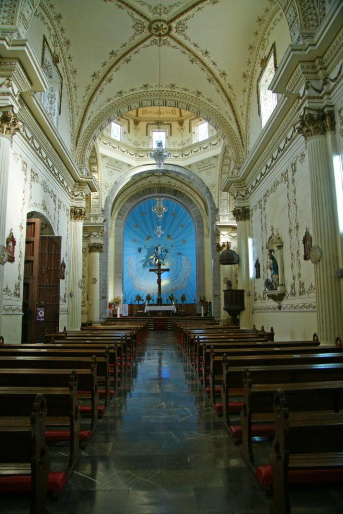 The central nave of the Catedral Basílica de la Inmaculada Concepción.