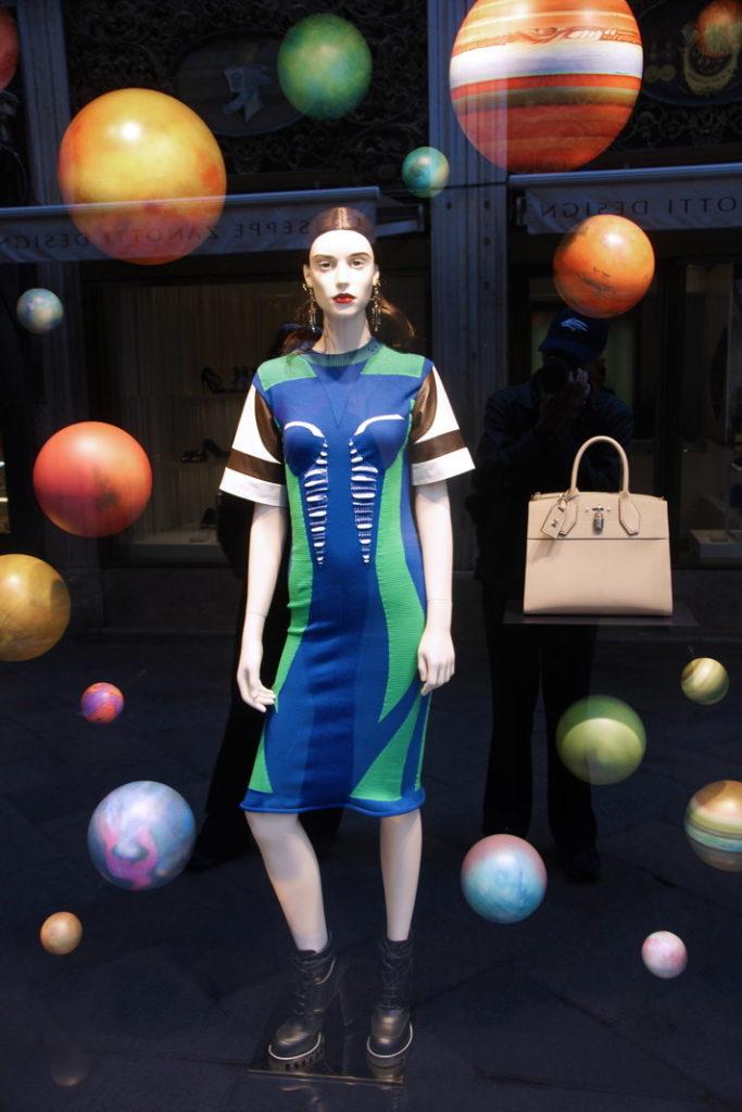 Planetary fashion framing asymmetry.