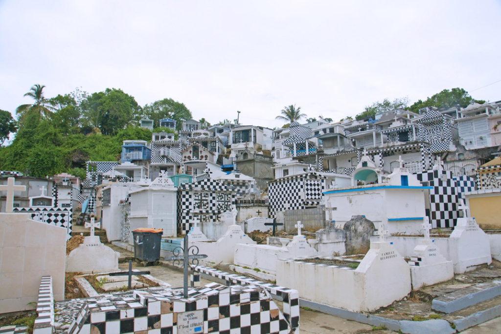 """Cimetière de Morne-à-l'Eau, """"un cimetière pas comme les autres en Guadeloupe""""."""
