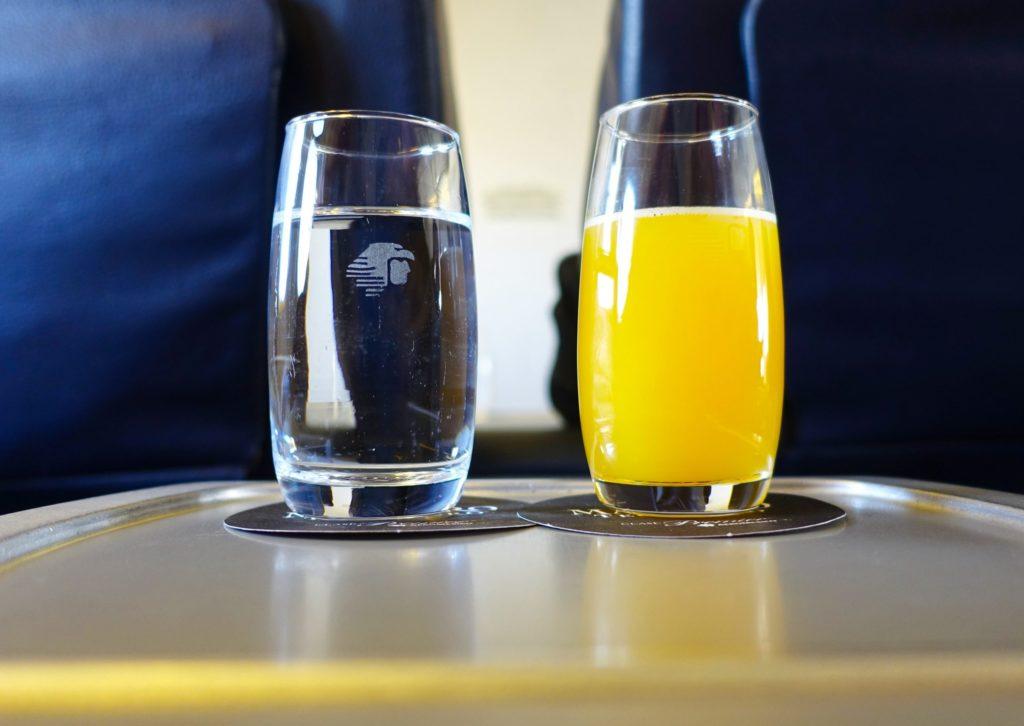 ¿Quieres agua o jugo de naranja?