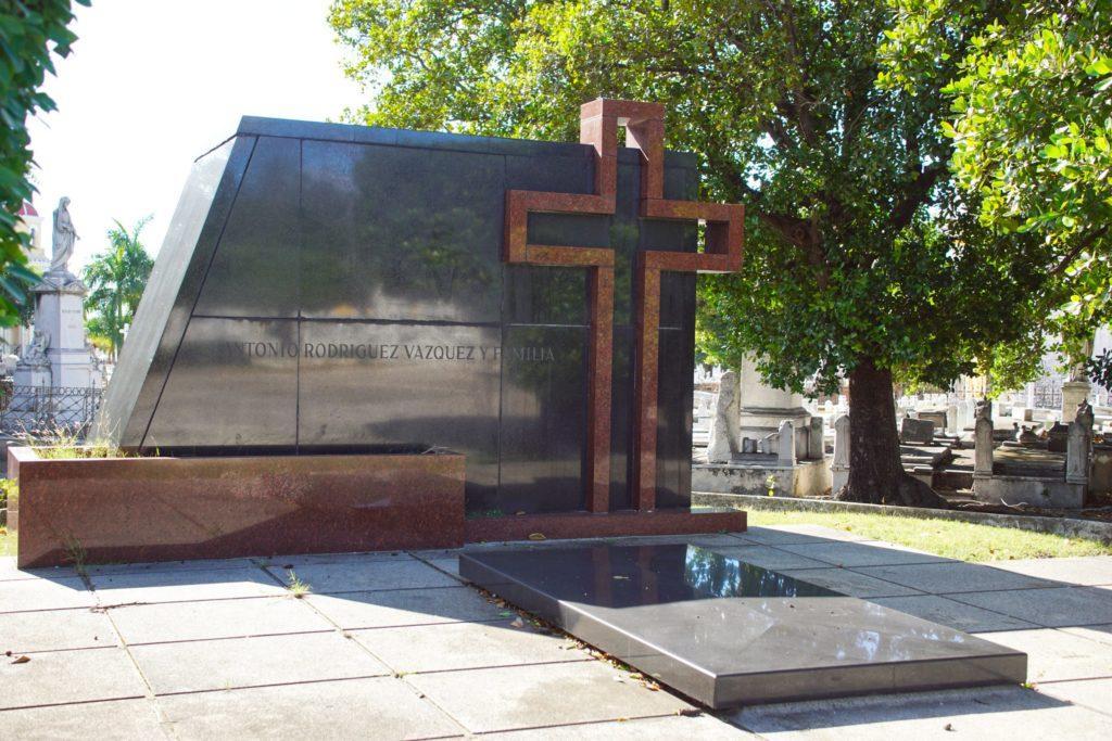 Antonio Rodriguez Vazquez y Familia: remembered always by those who read this stone.